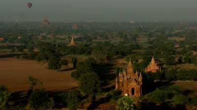 Belle lumière sur le site des temples de Bagan