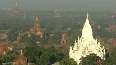Temple blanc sur le site de Bagan
