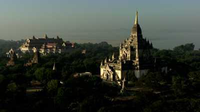 Les temples dans la brume