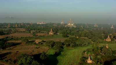Gros plans sur la coupole dorée d'un temple de Bagan