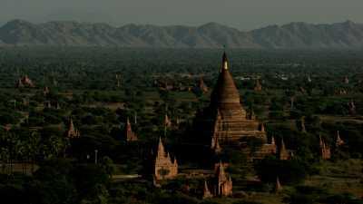 Les temples de Bagan et les montagnes