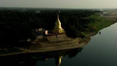 Les temples de Bagan près du lac