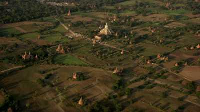 Les temples de Bagan et la chaîne montagneuse