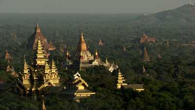 Les temples de Bagan scintillent au soleil
