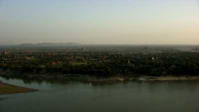 Les temples de Bagan et le lac au soleil couchant