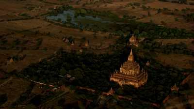 Gros plans sur les temples de Bagan le soir