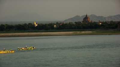 Bateaux de touristes et de pêche à Bagan