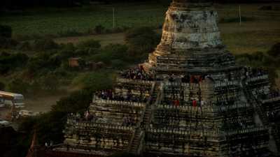 Touristes et moines sur les temples de Bagan