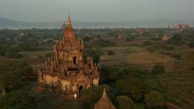 Procession de moines sur un temple de Bagan