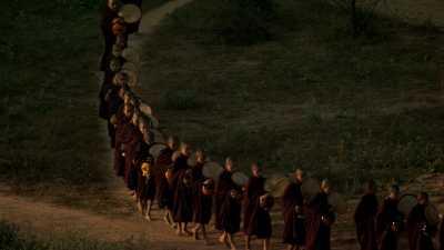 Procession de moines parmi les temples de Bagan