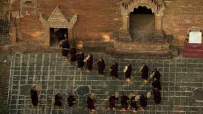Cérémonie de moines sur le parvis d'un temple