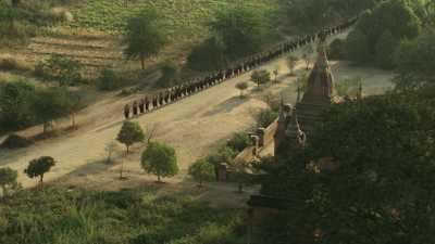 Procession de moines parmi les temples