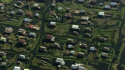Maisons sur pillotis et champs au bord de l'eau