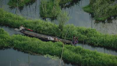Pirogue dans le canal
