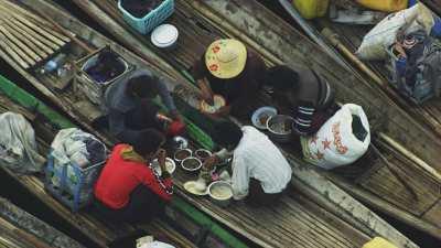 Pause-déjeuner sur les pirogues