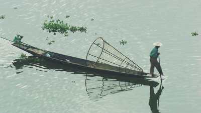Pêcheur au casier sur la pirogue