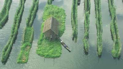 Pêcheurs et agriculteurs en pirogue