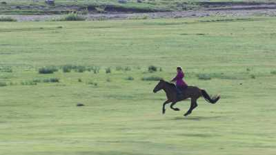 Jeunes cavalières dans la steppe