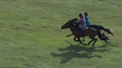 Jeunes cavaliers dans les steppes