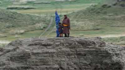 Homme et enfant dans les ruines de Kharbalgas