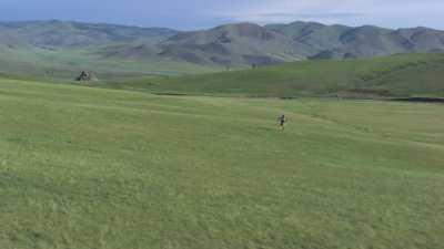Jeune cavalière mongole costumée dans les steppes