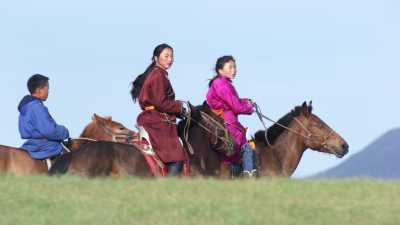 Groupes de jeunes cavaliers dans les steppes