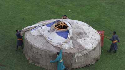 Construction d'une yourte mongole dans la steppe