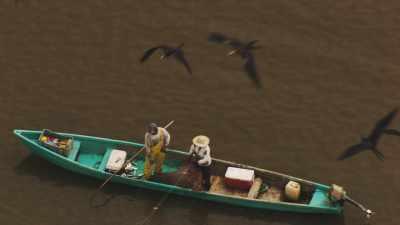Couple de pêcheurs relevant leurs filets
