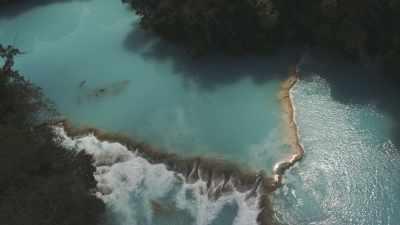 Plans serrés et larges des chutes cristallines d'Agua Azul dans la forêt