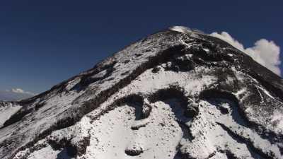 Le Popocatepetl enneigé sur fond de nuages et de ciel bleu