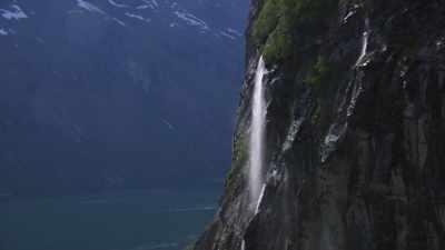 Survol des eaux calmes d'un fjord norvégien