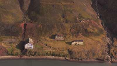 Falaises ravinées et ancien établissement