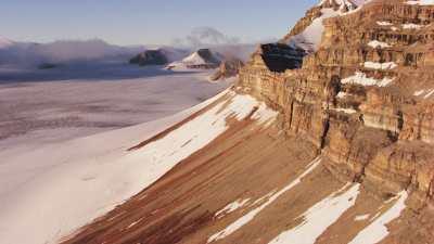Svalbard, sommets et plaine dans la brume