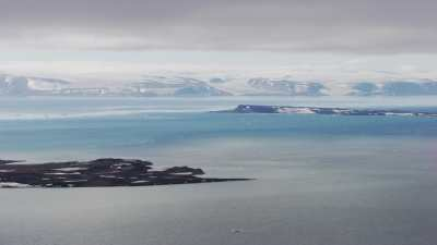 Svalbard, chaîne de montagne plongeant dans la mer