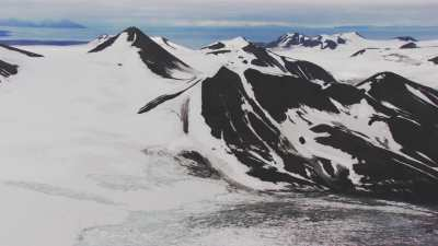 Svalbard, montagnes et sommets enneigés