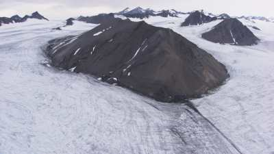 Svalbard, montagnes et vallée enneigée