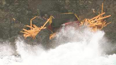 Le littoral parsemé des restes de conteneurs échoués