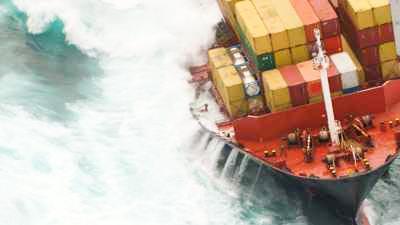 Cargo échoué menaçant de déverser ses conteneurs