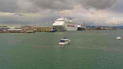 Trainées d'huile dans les eaux du port