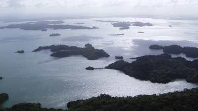 L'archipel d'îlots sur le lac