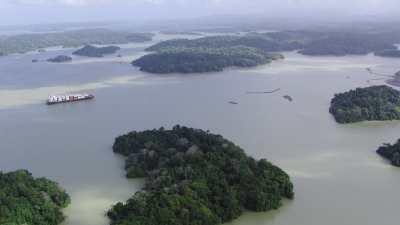 Croisement de cargos sur le lac