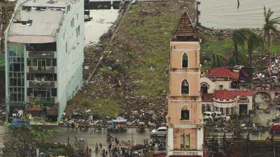 La première messe dans l'église en ruines après le typhon