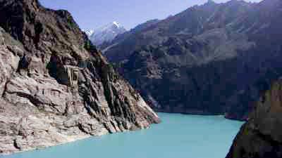 Les eaux calmes du  lac Attabad