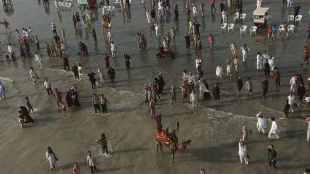 Foule sur la plage de Karachi