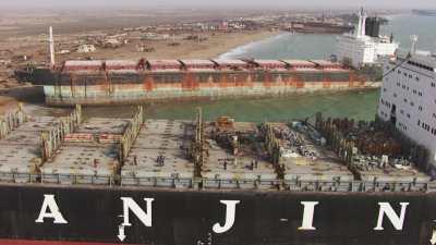 Gros plan sur un navire en attente de déconstruction sur le littoral