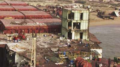Le littoral et les navires en cours de déconstruction