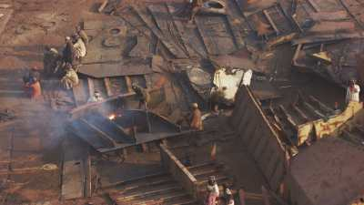 Gros plans sur les ouvriers et la déconstruction de navires