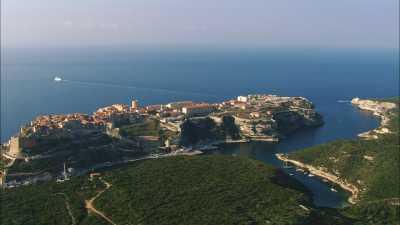 La ville, accrochée à la falaise