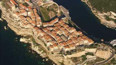 La ville et les falaises vertigineuses