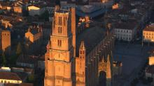 La ville dans la lumière dorée du soleil couchant